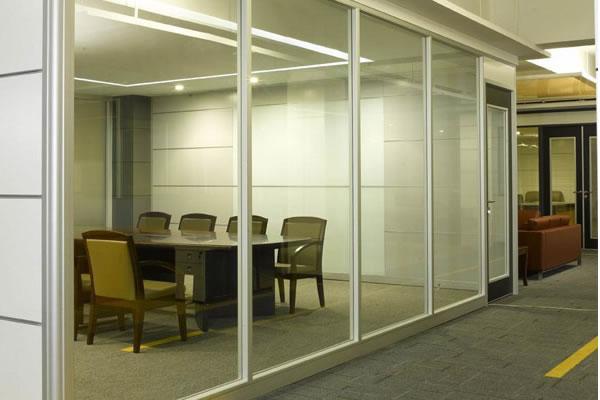 小办公室隔断效果图_在国文大厦装修过的一间小办公室的效果图供