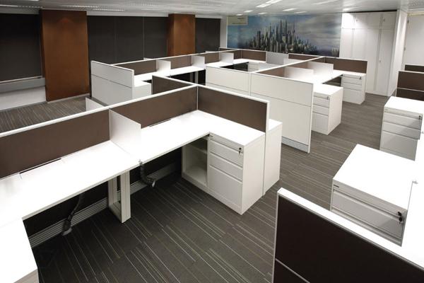 在现在的办公室室内设计中,屏风办公室隔板越来越多的运用于其中。它是由屏风隔板和办公桌组合成整体。合肥装饰公司为您详解屏风办公桌隔板隔断设计形式种类及安装注意点。 现在常见的屏风办公桌隔断隔板主要有以下几种:  1.铝型材:具有耐酸、耐碱防腐的特性; 2.玻镁板:具有防火、防水、无味、无毒、不冻、不腐、不裂、不变、不燃、高强质轻、施工方便、使用寿命长等特点。 屏风办公桌隔板隔断设计形式主要有:F位、T位、十字位、120度、一字位等。 屏风办公桌隔板隔断安装步骤: 1.