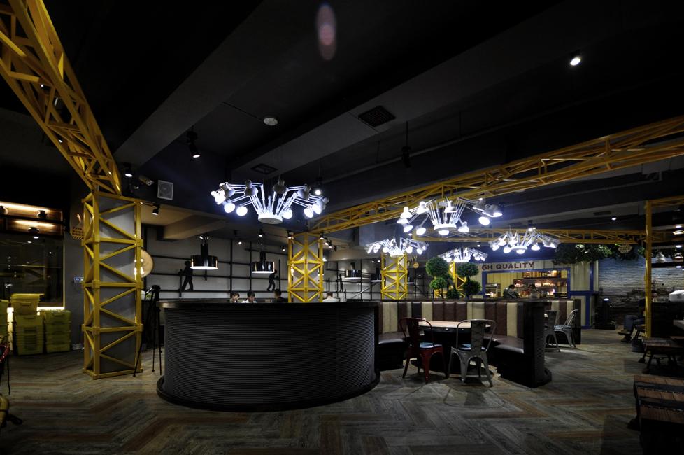 前厅的装修设计 1.餐厅总体环境布局   餐厅的总体布局是通过交通空间、使用空间、工作空间等要素的完美组织所共同创造的一个整体。作为一个整体,餐厅的空间设计首先必须合乎接待顾客和使顾客方便用餐这一基本要求,同时还要追求更高的审美和艺术价值。原则上说,餐厅的总体平面布局是不可能有一种放诸四海而皆准的真理的,但是它确实也有不少规律可循,并能根据这些规律,创造相当可靠的平面布局效果。餐厅内部设计首先由其面积决定。由于现代都市人口密集,寸土寸金,因此须对空间作有效的利用。从生意上着眼,第一件应考虑的事就是每一