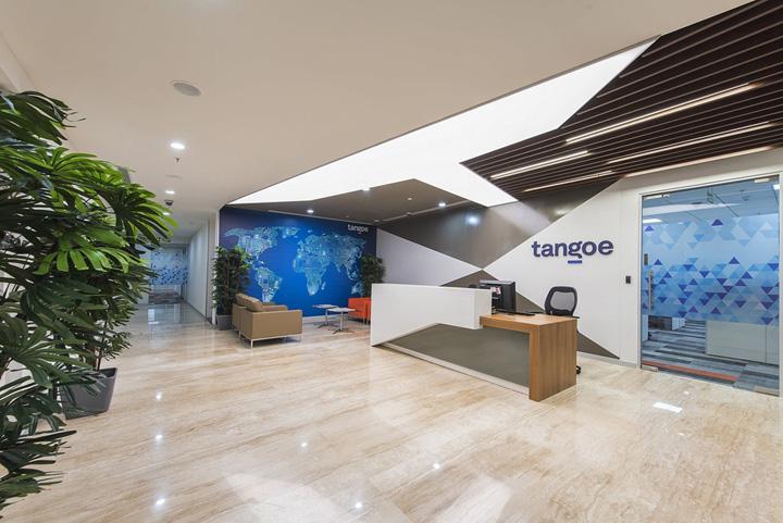 《卓创装饰办公室案例分享》 多元而丰富的家具设计让这里充满了迷人的文化魅力,办公室的装修目标都是希望创造一个满足功能需求、映射品牌文化的工作场所,并能吸引人才、留住人才、促进高效合作空间。整个空间设计简约而凝练,通过材质、色彩和科技应用创建一个极富韵律的空间效果。跳跃的色彩如跃动的音符,带来靓丽而美好的心情,有效促进团队合作激发更多工作乐趣。 设计团队以全新的理念去打造灵动多元的办公环境。大量功能多元的会议室、各种类型的协作区、多种形式的家具座椅、高速无限网络和接入点、随意移动的家具,让工作随时随地不受环